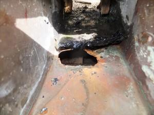 排水口の銅版に穴が開いていました。