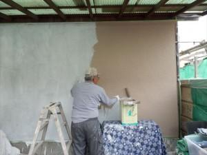 外壁の中塗りをします 使用塗料はシリコンセラUVです。
