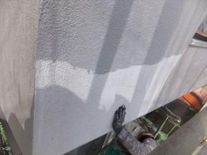 まずは中塗りから。明るいグレー系の色です。