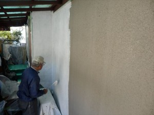 外壁の下塗りをします 使用塗料は水性ソフトサーフSGです。