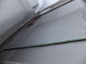 下地補修後、微弾性の下塗りを塗っていきます。
