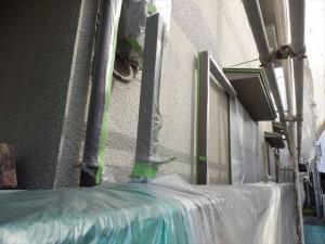 サッシや土間等 塗装しない箇所を養生していきます。