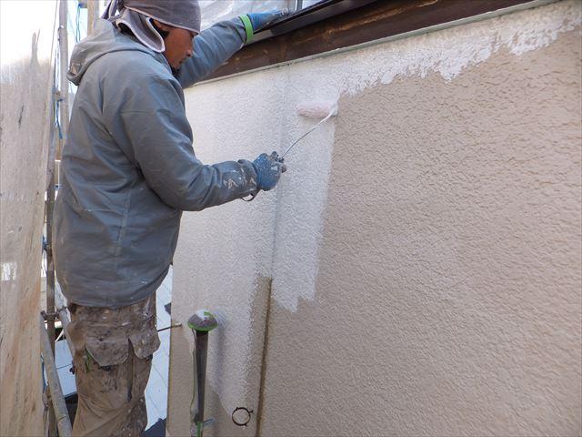 大阪で外壁塗装を行う様子